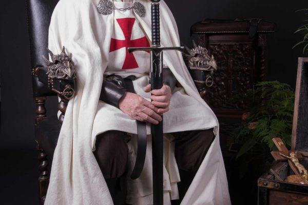 Trone-medievale-dragon-atelier-madeleine-m-tapissier-en-sieges-1